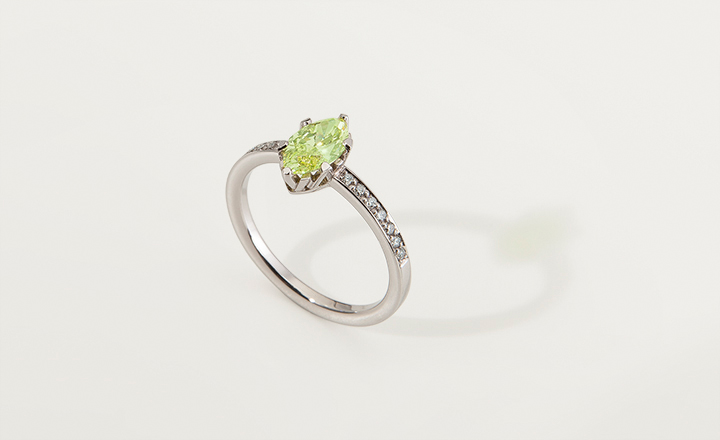 Ring, white gold, W-setting, diamond natural fancy intense yellow green 0,79 ct. with GIA certificate, 14 diamonds